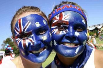 раскрашенные лица в цвета флага Австралии