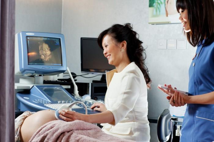 Беременной женщине делают УЗИ в Сингапуре