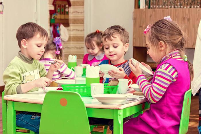 Дети во время обеда в словацком детском садике