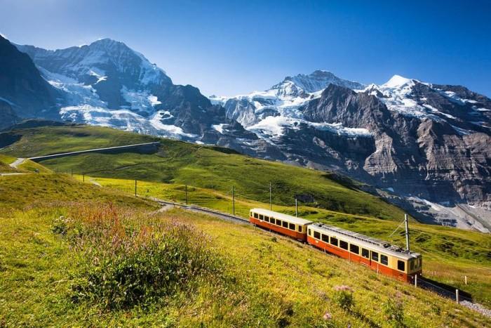 Монорельсовый поезд в горах