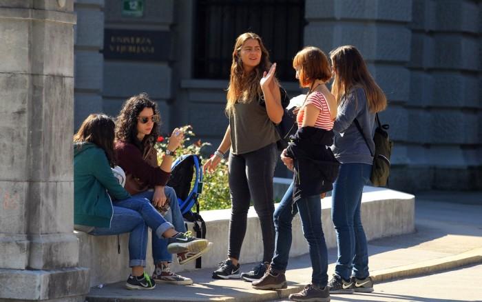 Словенские девушки на улице Любляны
