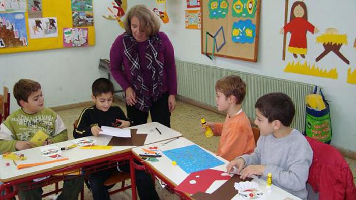 Дети греческой школы на уроке искусства