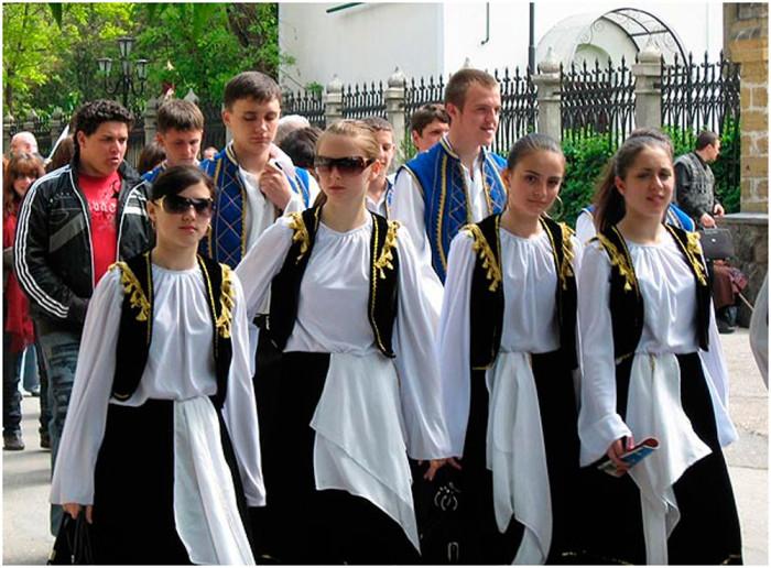 Дети русских переселенцев в национальной одежде