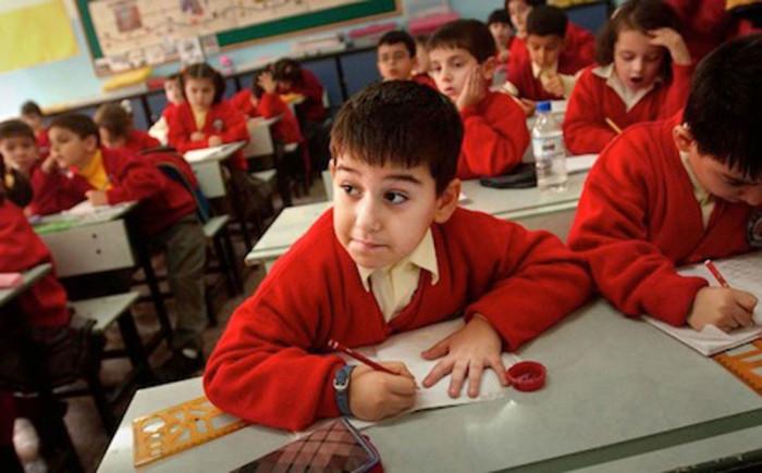 Дети на уроке в начальной турецкой школе