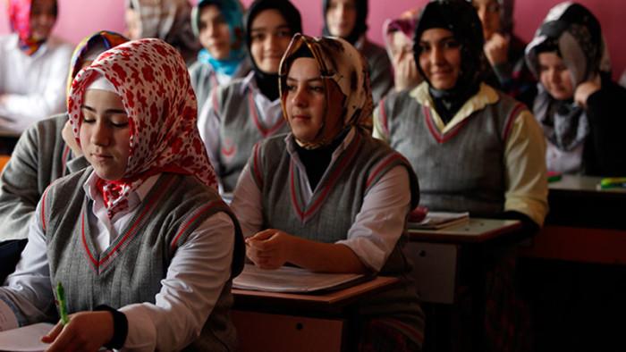 На уроке в классе для девочек турецкой средней школы