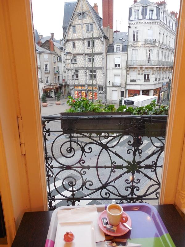 Вид из окна в городской французской квартире