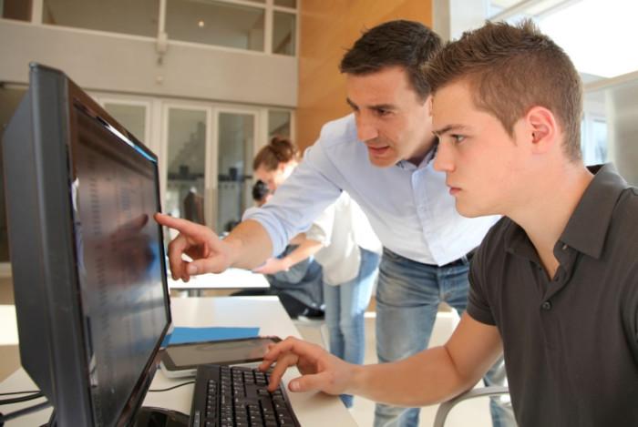 Учитель с учеником в компьютерном классе