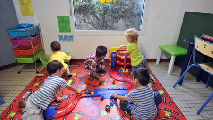 Дети частного детского сада в Англии увлечены игрой