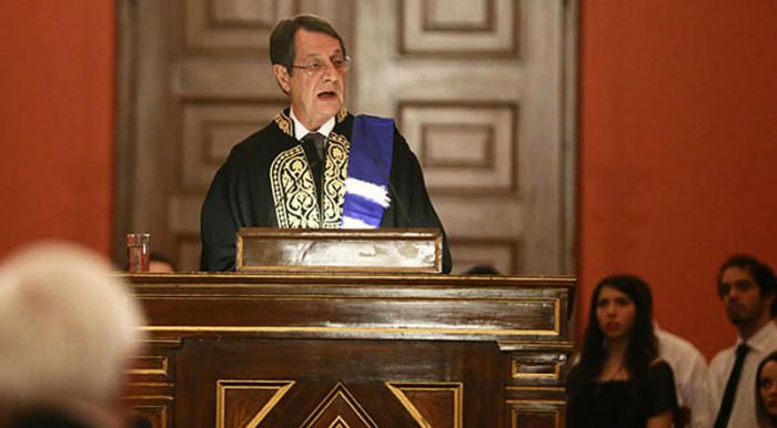 Президент Кипра — выпускник Университета Афин, выступает перед студентами в стенах родного вуза