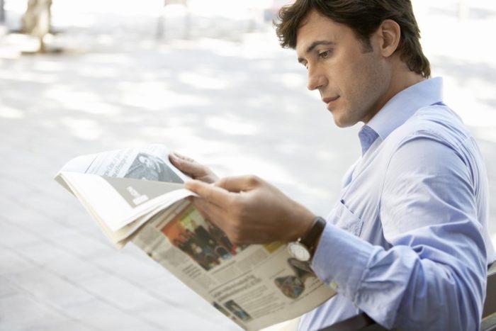 Мужчина читаетгазету