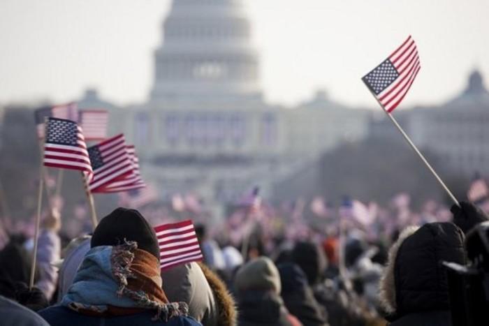 Американские флажки во время шествия в Вашингтоне