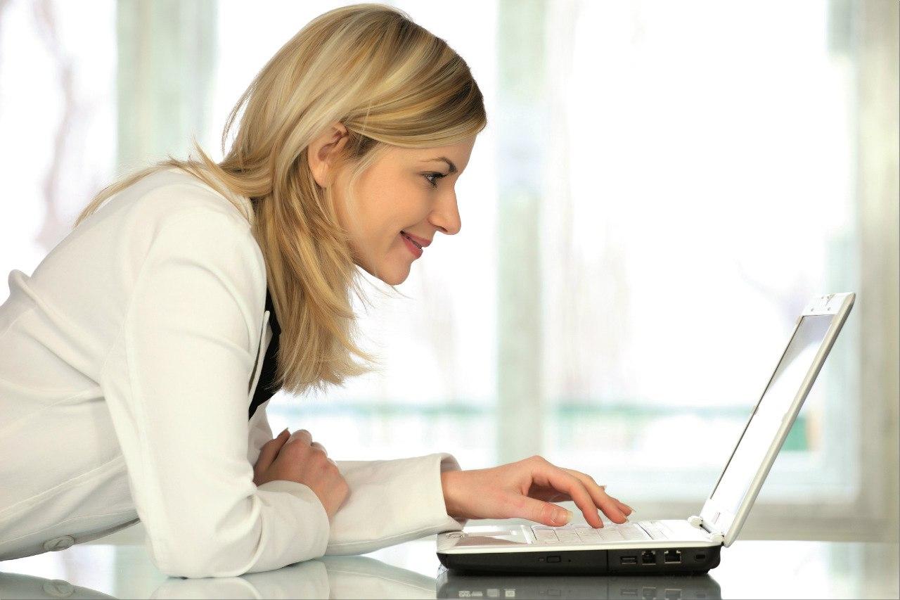 Девушка за компьютером картинки и фото