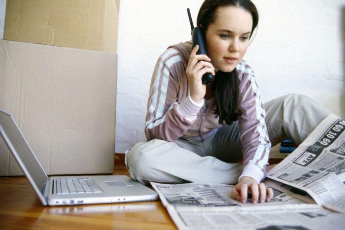Девушка ищет работу в газете