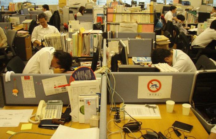 Рабочие в японском офисе
