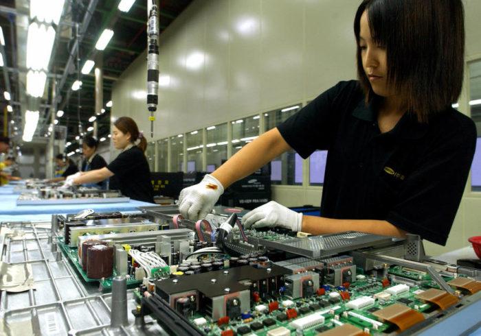 Корейская девушка за сборкой бытовой техники