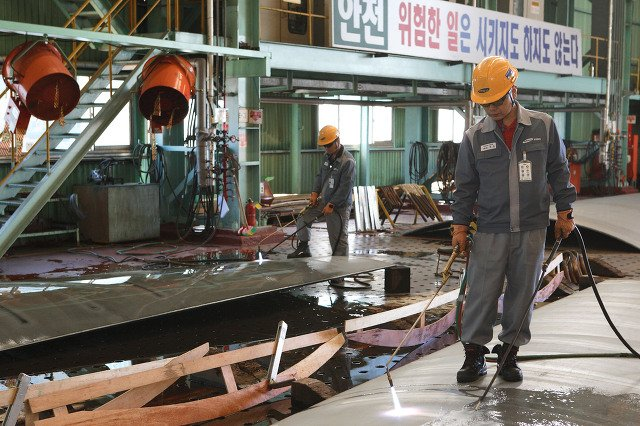 Сварщик на корейском заводе