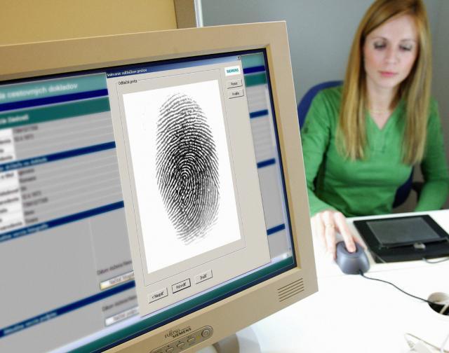 Отпечаток пальца на экране компьютера