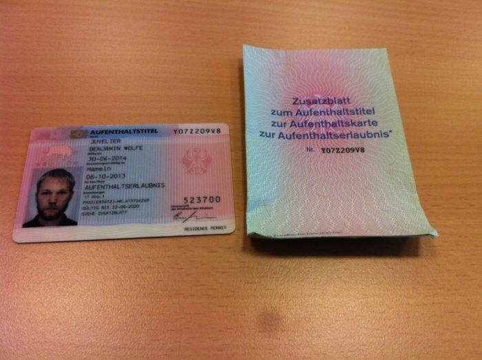 пластиковая карта и бумажное приложение
