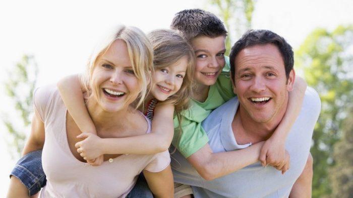 родители с усыновлёнными детьми