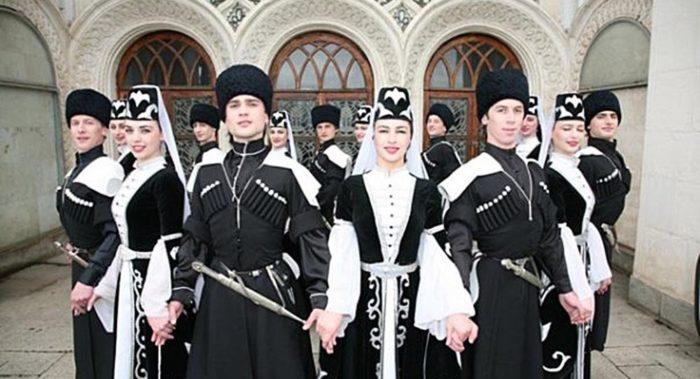 Абхазы в национальных костюмах