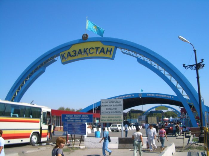 Пеший переход на границе Казахстана