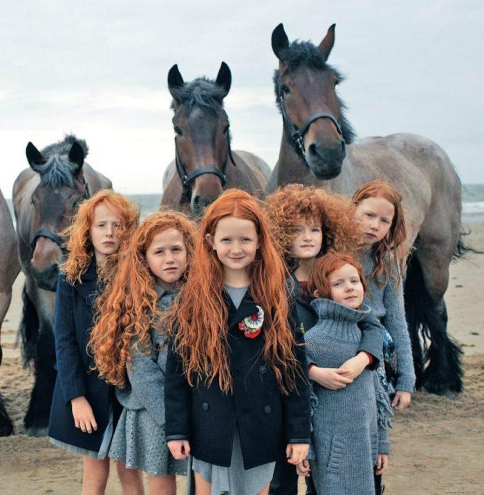 Ирландские дети на фоне лошадей