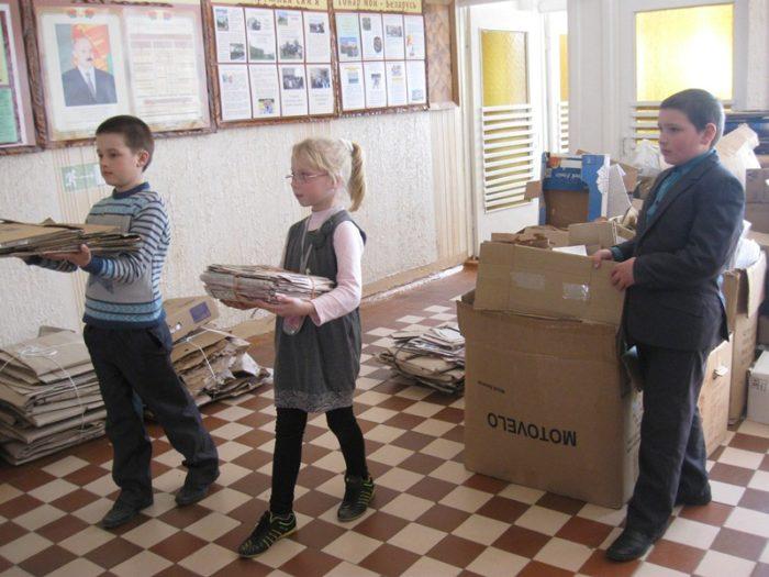 Сбор макулатуры белорусскими школьниками