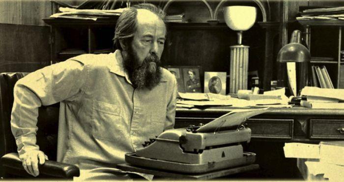 А. Солженицын за работой