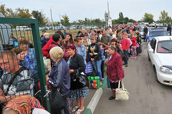 Украинские беженцы на пропускном пункте