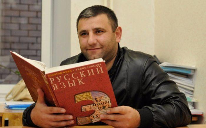 Иностранец с энциклопедией «Русский язык»