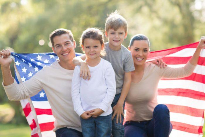 Семья с флагом США