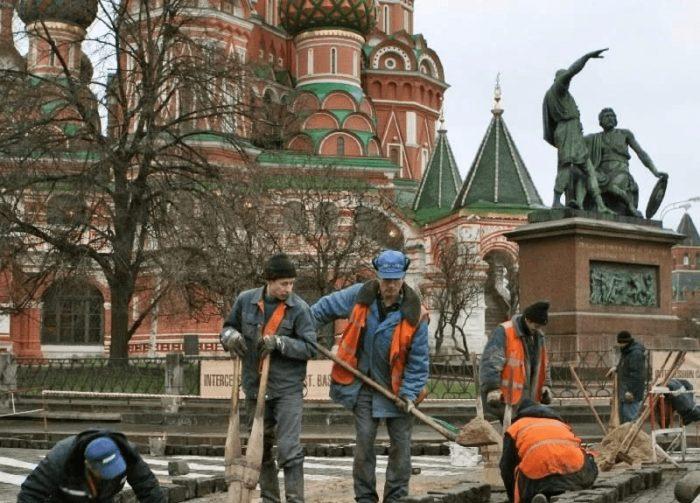 Мигранты на работе в Москве