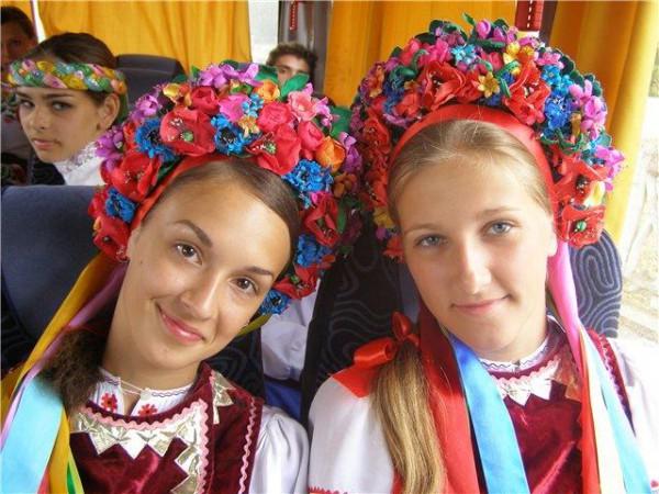Девушки в национальных украинских костюмах
