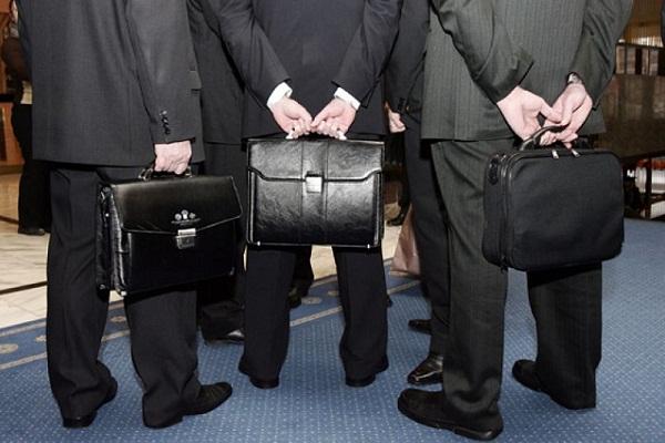 Портфели в руках госслужащих