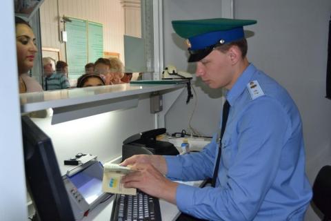 Инспектор пограничной службы проверяет документы