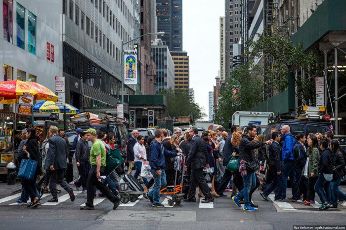 Люди переходят дорогу в Нью-Йорке