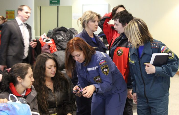 Сотрудники полиции помогают беженцам