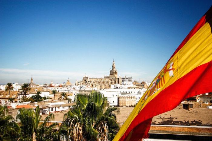 Панорама Испании и испанский флаг