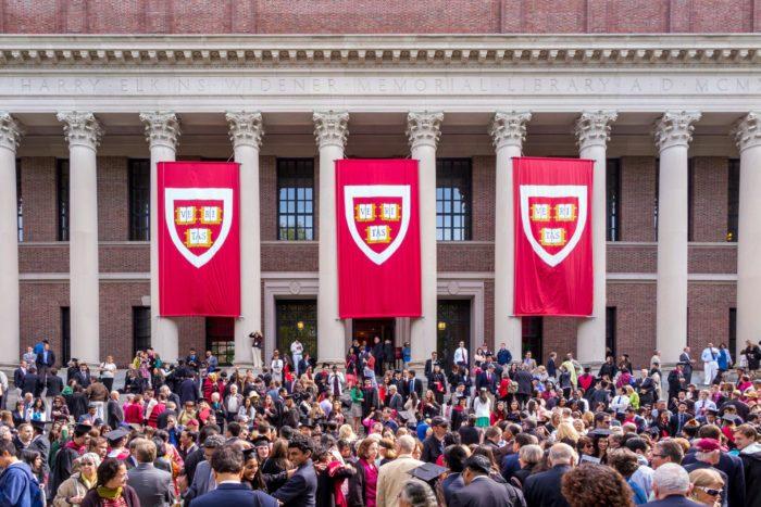 Люди перед зданием Гарвардского университета