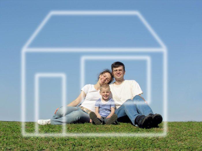 Семья в нарисованном домике
