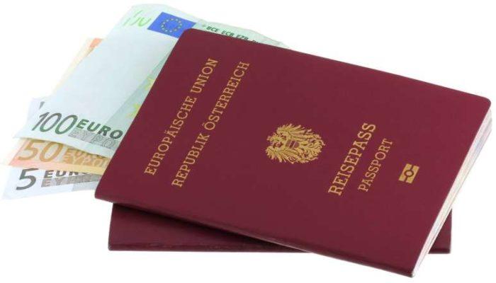 Австрийские паспорта с вложенными купюрами