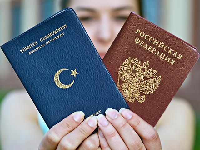 Девушка с паспортами России и Турции