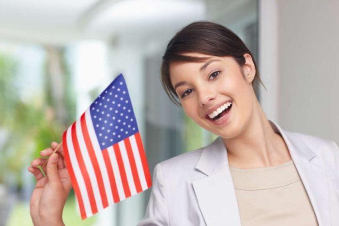 Девушка с флагом США