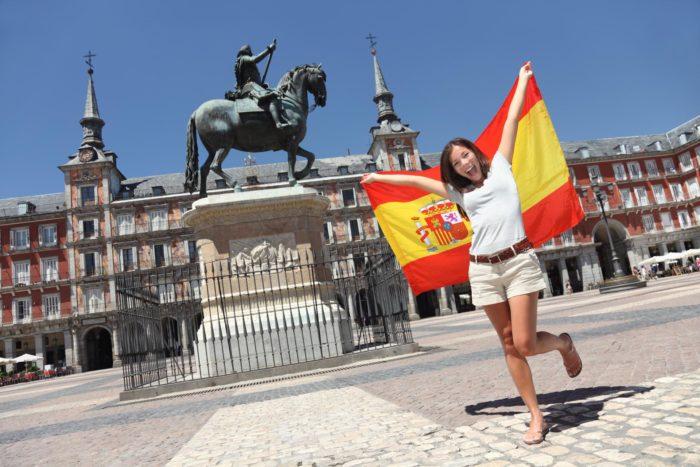 Девушка с испанским флагом
