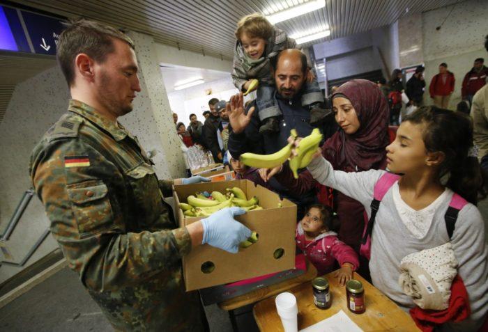 Раздача еды беженцам в Германии