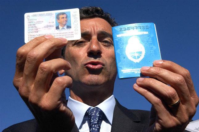 Гражданин Аргентины держит в руках удостоверения личности
