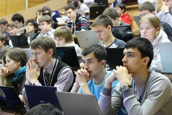 Студенты с ноутбуками