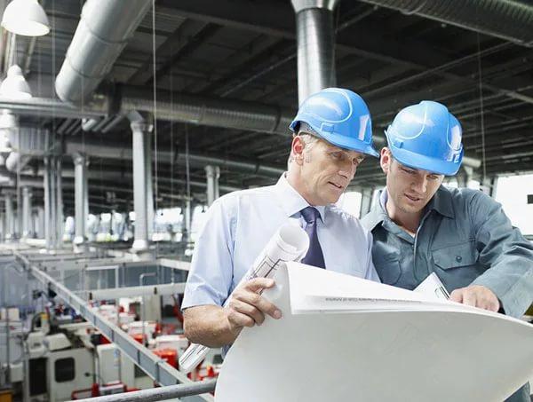 Инженеры на производстве