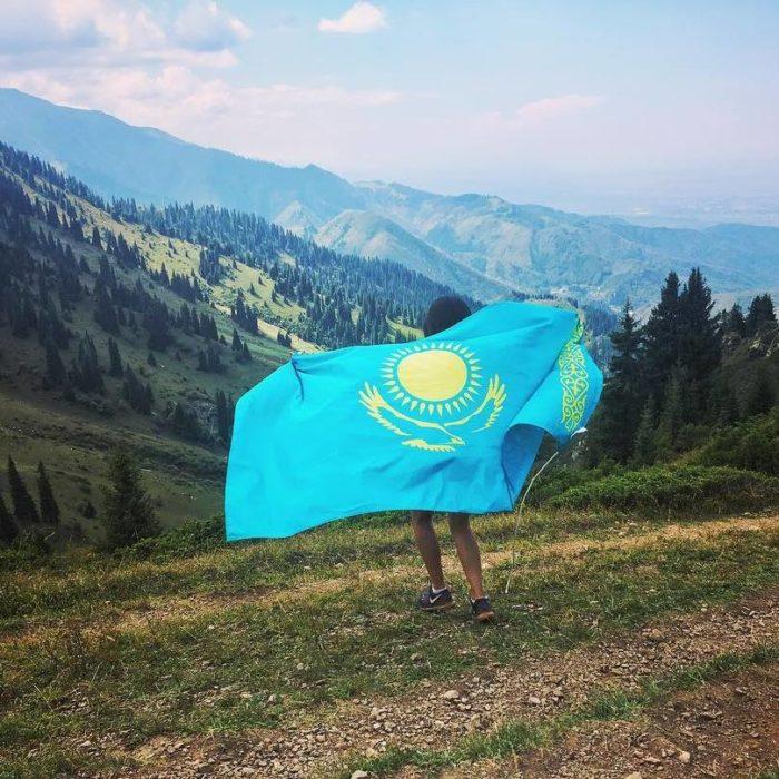 Девушка с флагом Казахстана