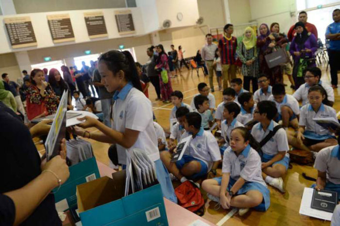 Выпускники начальной школы получают сертификат PSLE